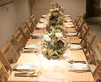 テーブルとイス等を木で統一